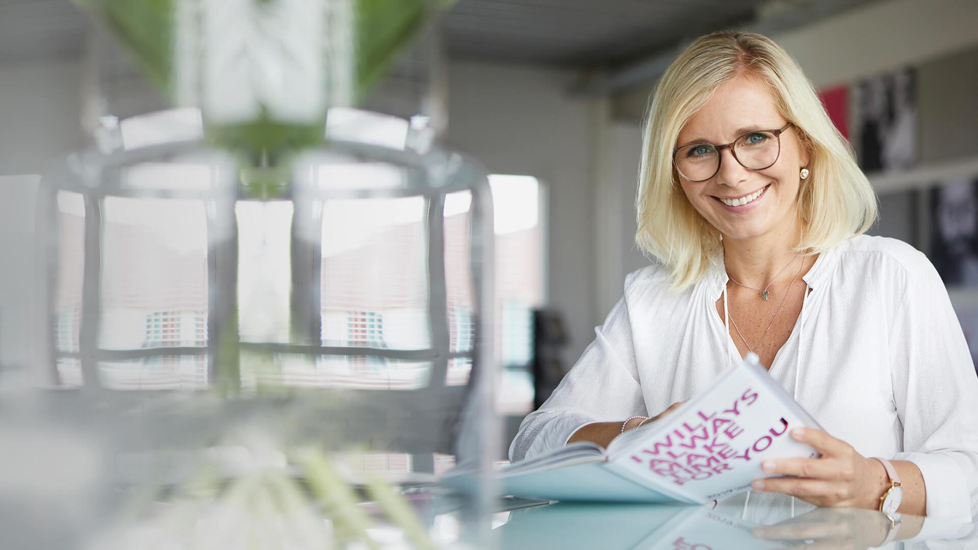 Elisabeth Haupt Virtual Personal Assistant_Portrait mit Magazin